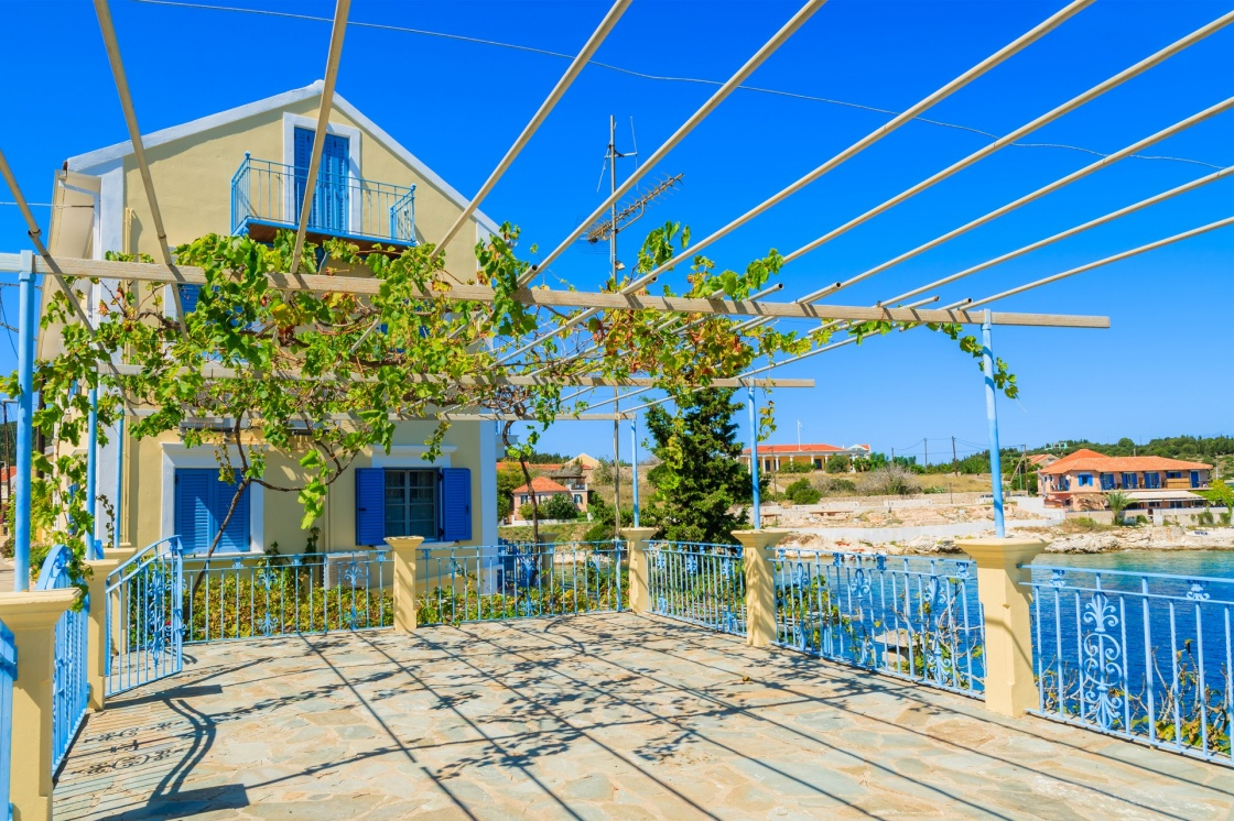 'Traditional greek house with vine growing on terrace in Fiskardo village, Kefalonia island, Greece' - Κεφαλονιά